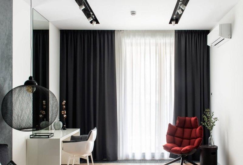 Прямые черные занавески на окне в гостиной