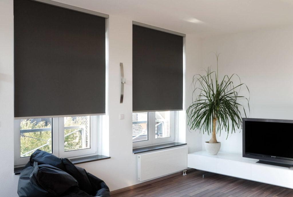 Рулонные шторы черного цвета в интерьере спальни