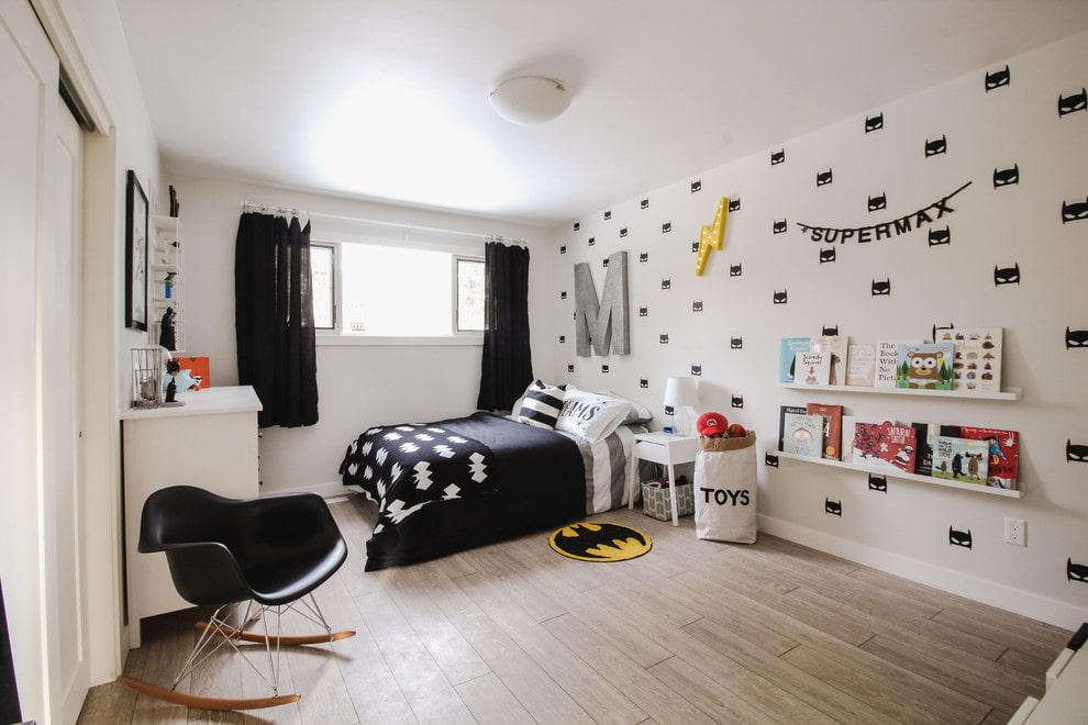 Черные короткие шторы в белой детской комнате