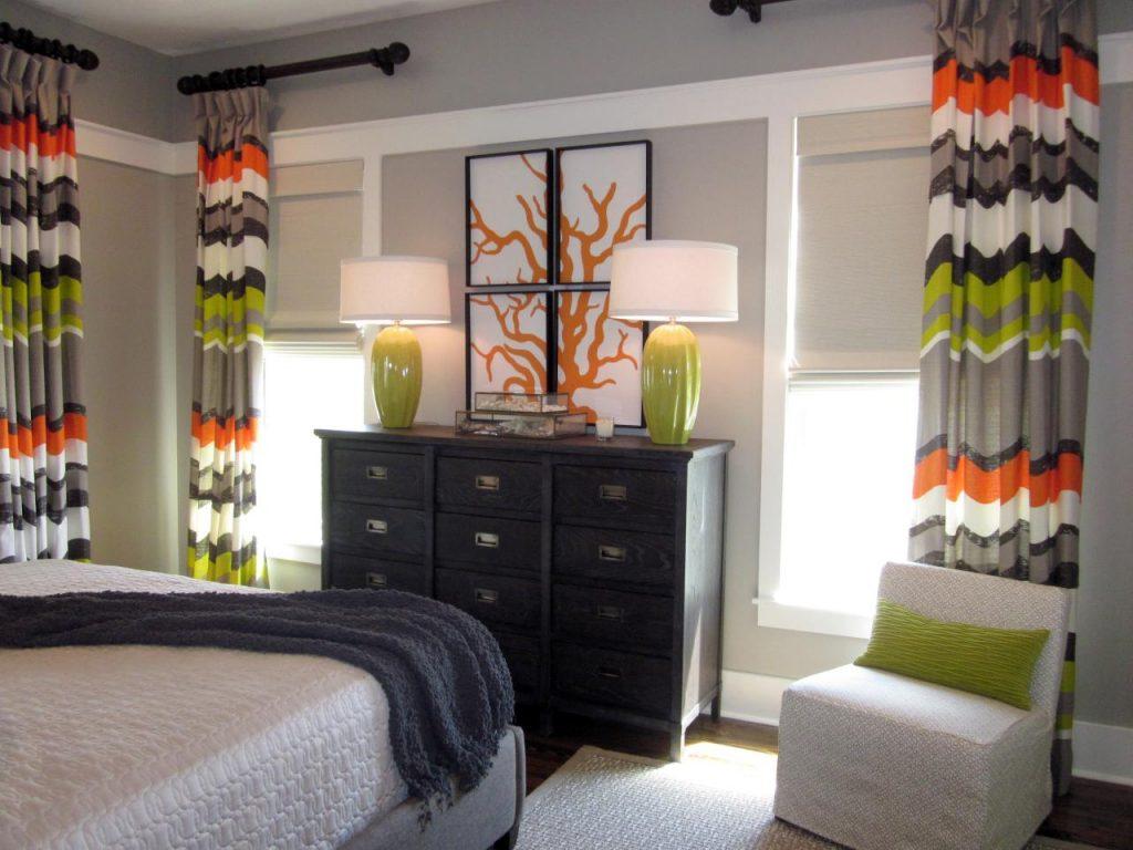 Небольшая спальня с яркими полосатыми шторами