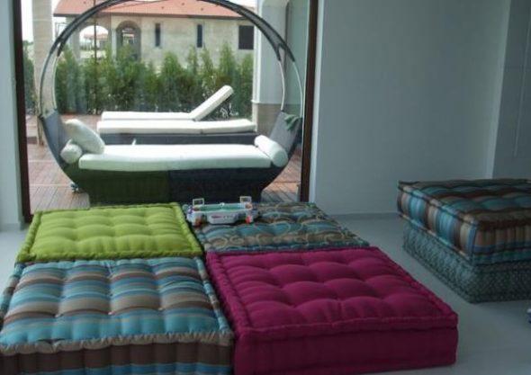 Большая гостиная с подушками вместо мягкой мебели
