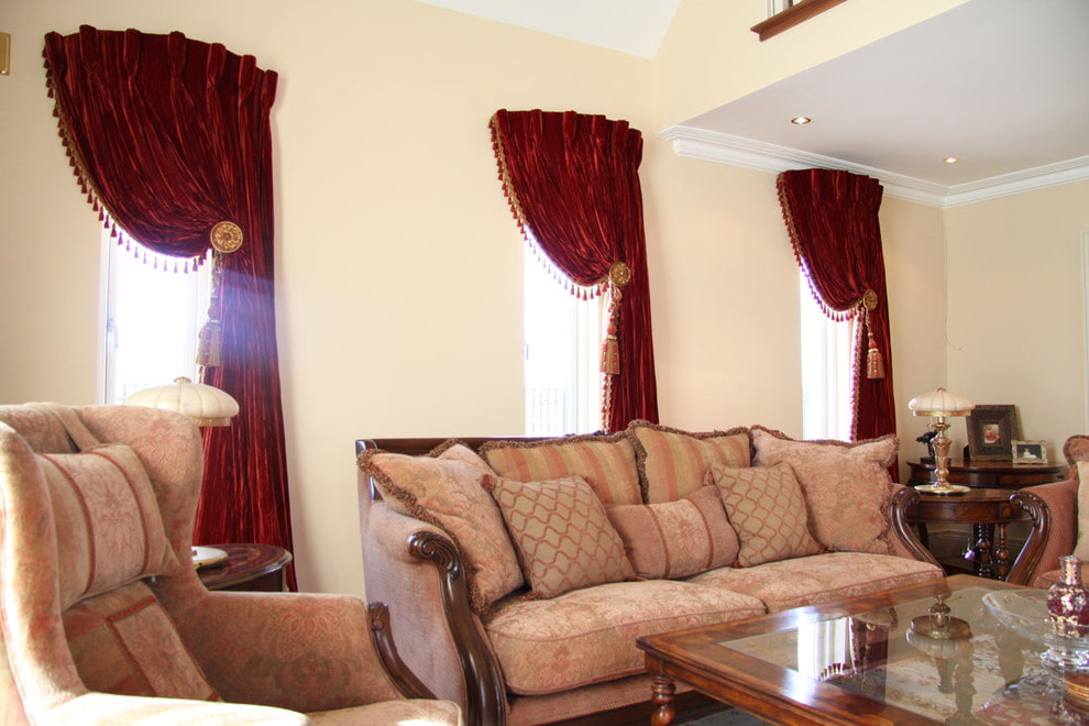 Декор бархатных штор в гостиной комнате