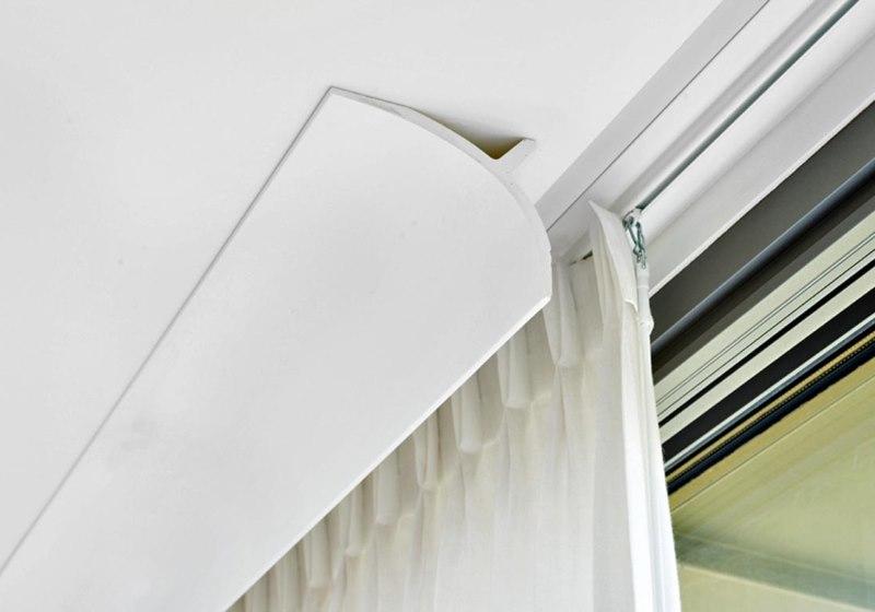 Маскировка потолочного карниза с помощью плинтуса