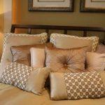 Декоративные подушки на кровать из материалов трех видов в разной комбинации