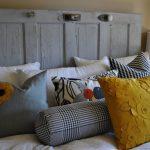 Декоративные подушки с аппликациями в интерьере спальни