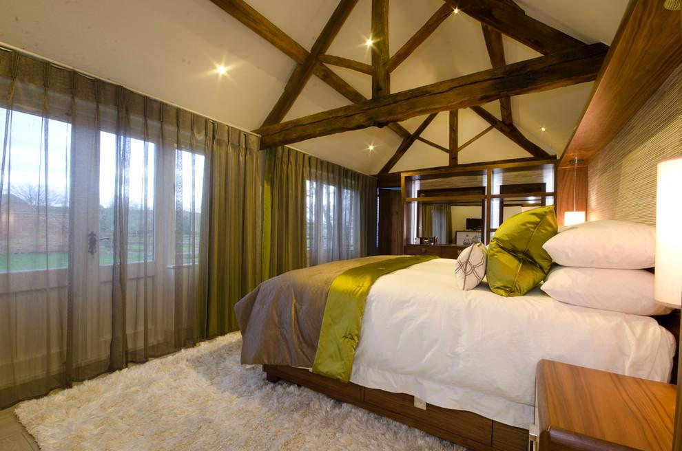Деревянные балки стропильной конструкции в спальной комнате