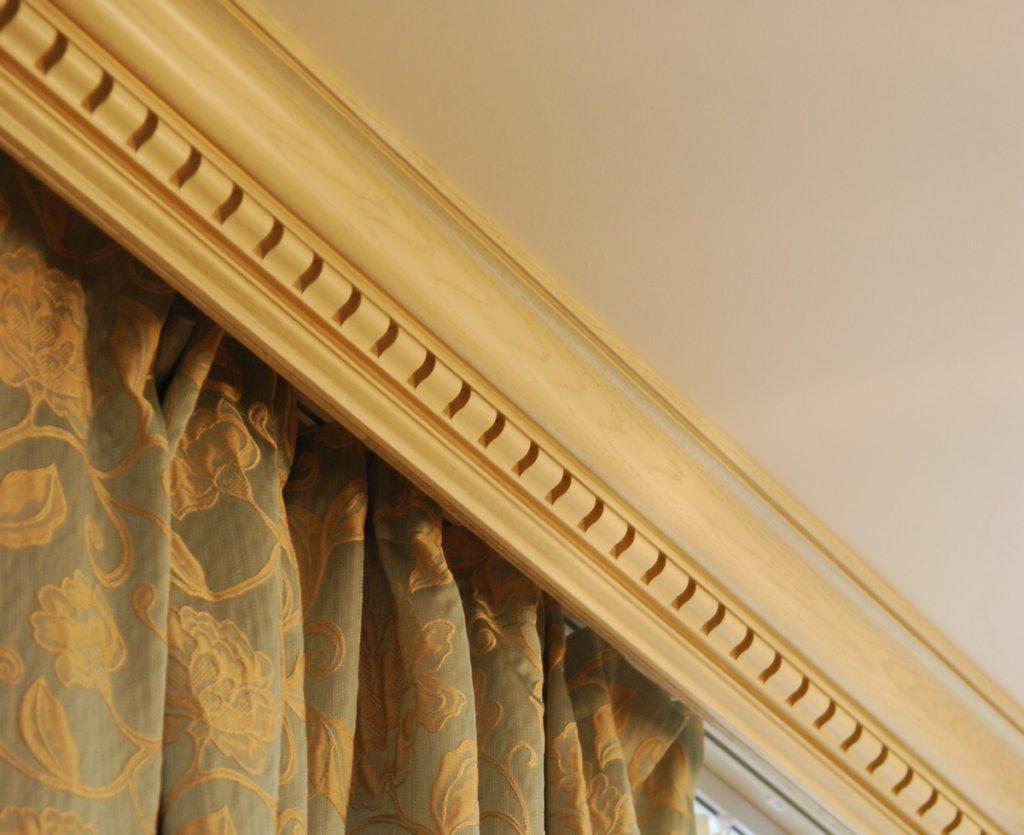 Штора с орнаментом на деревянном потолочном карнизе