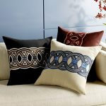 Диванные подушки с одинаковым рисунком, но разных цветов