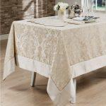 Длинная скатерть и тканевые салфетки для прздничного стола