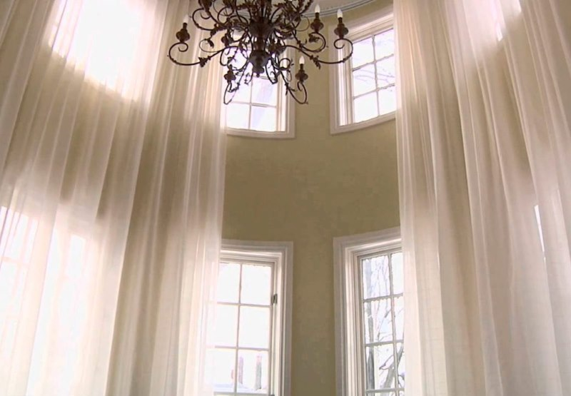 Черная люстра в гостиной с высоким потолком