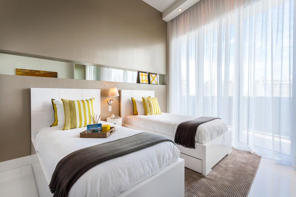 Оформление окна маленькой спальни тюлем