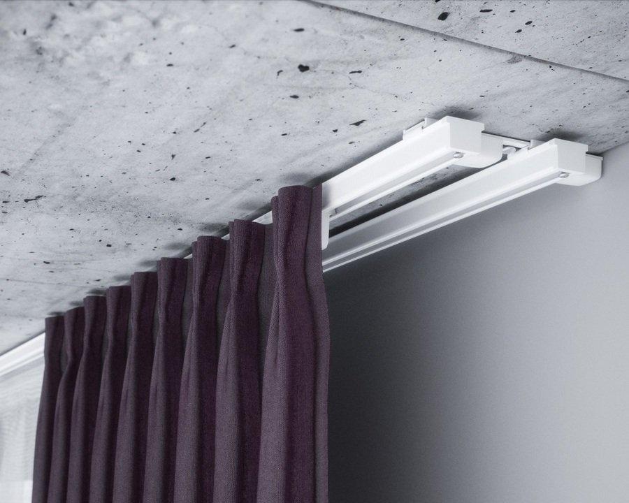 Белый двухрядный карниз на бетонном потолке
