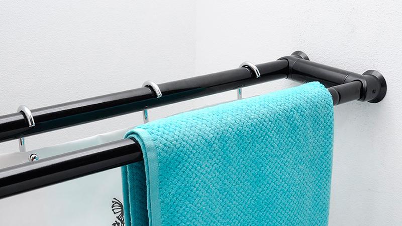 Голубое полотенце на телескопическом двухрядном карнизе