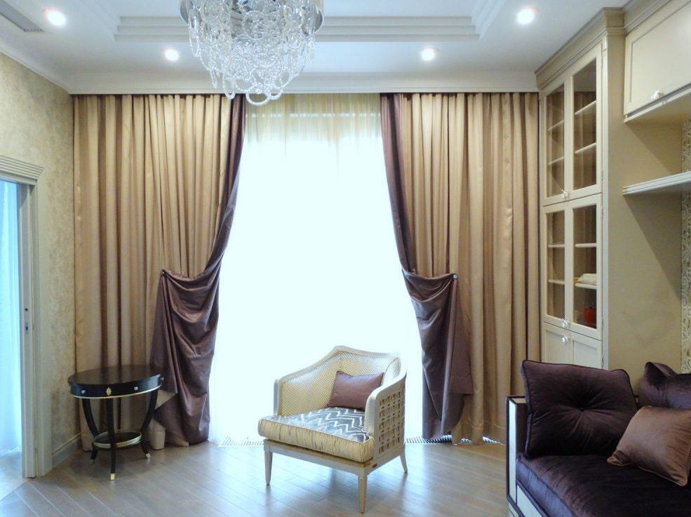 Интерьер гостиной с двусторонними занавесками