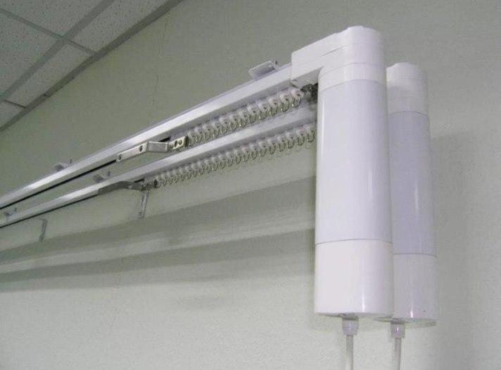 Двухрядный настенный карниз с электроприводом