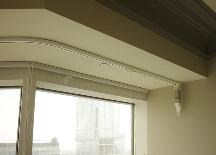Гибкий карниз с электрическим приводом на окне лоджии