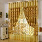 Золотистая вышивка на тюле в дверном проеме