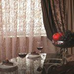 Бокалы с вином на полированном столе