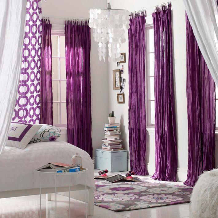 Фиолетовые гардины в интерьере белой спальни