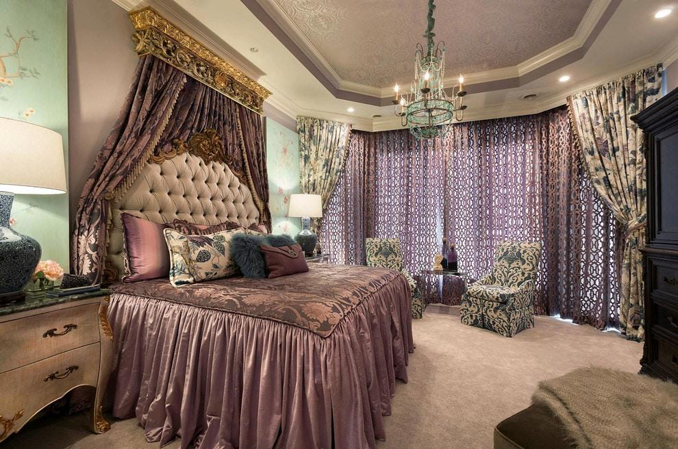 Интерьер большой спальни с эркером