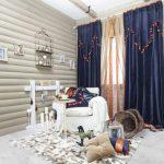 Синие шторы в комнате деревянного дома
