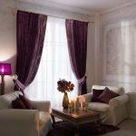 Уютная атмосфера в комнате с бархатными шторами