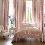 Кованная кровать в женской спальне