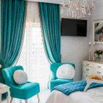 Бирюзовые занавески в спальной комнате