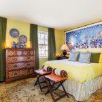 Зеленые занавеси на окнах спальной комнаты