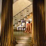 Декор дверного проема бархатными занавесками