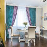 Фиолетовые и бирюзовые занавеси на окне гостиной
