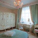 Деревянный шкаф с резьбой в классической спальне
