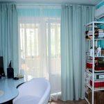 Бирюзовые занавески на балконном окне