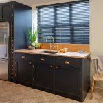Черные жалюзи в интерьере кухни