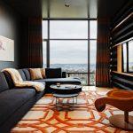 Яркий ковер на полу гостиной