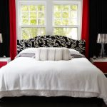 Белое покрывало в спальне с черными шторами