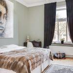 Портрет на стене спальни в современном стиле