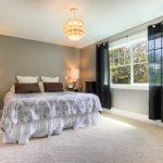 Полупрозрачные занавески на окнах спальни