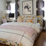 Занавески с черным узором в спальной комнате