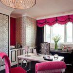 Розовый ламбрекен над черными шторами