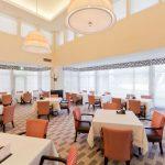 Дизайн обеденного зала с римскими шторами двойного типа