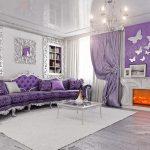 Сиреневая гостиная с камином и натяжным потолком