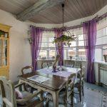 Кухня-столовая с деревянным потолком