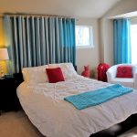 Красные подушки в интерьере спальни