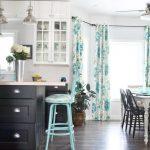 Занавески на люверсах в интерьере кухни