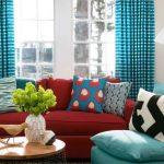 Множество подушек на мягкой мебели