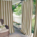Полосатые шторы на веранде загородного дома