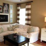 Угловой диван с белыми чехлами