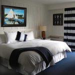 Интерьер спальни с деревянными стенами