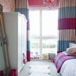 Узкая спальная комната с окном до пола